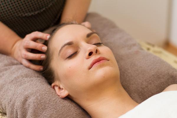 Kopfmassage im Kosmetikstudio in Schwabing